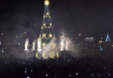 Sužibo pagrindinė miesto Kalėdų eglė!